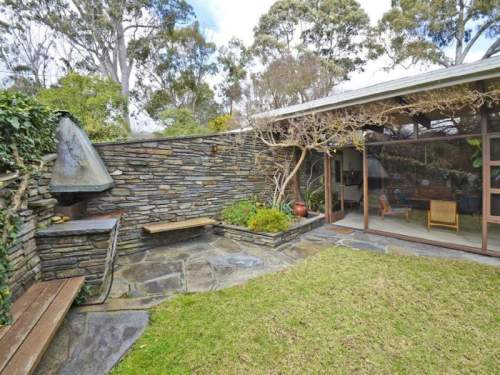 Modernist South Australian - View of outdoor entertaining area (www.realestate.com.au)