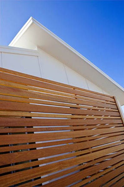 Horizontal-Balau-Timber-Oiled-Alternating-Wide-and-Narrow-Slats
